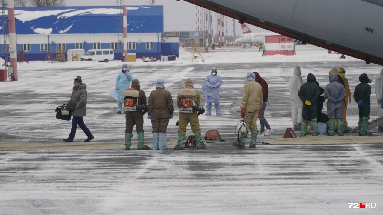 Так выглядят специалисты, встречавшие пассажиров из Китая. Второй борт с россиянами прибудет в Рощино сегодня вечером