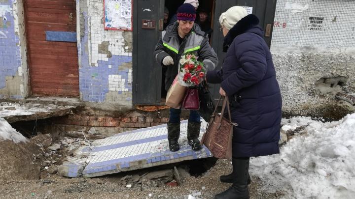 В Самаре рухнул козырек подъезда жилого дома у парка Гагарина