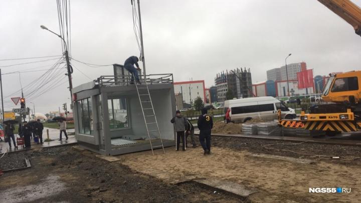 В Омске у «Фестиваля» начали устанавливать первую тёплую остановку