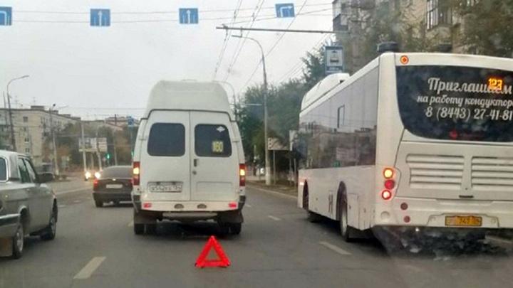 Столкновение маршрутки и автобуса привело к огромной пробке в Волгограде