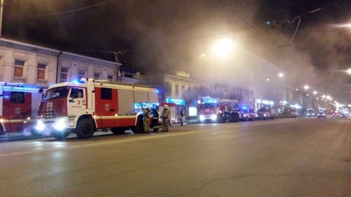 Вся улица была в дыму: на Малышева ночью стянули 20 пожарных машин