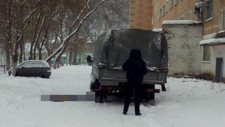 Попал в слепую зону: в Башкирии водитель «Газели» сдавал назад и насмерть задавил прохожего