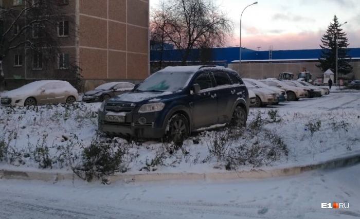 Для некоторых водителей выпавший снег является хорошим предлогом, чтобы «не заметить» газон или тротуар