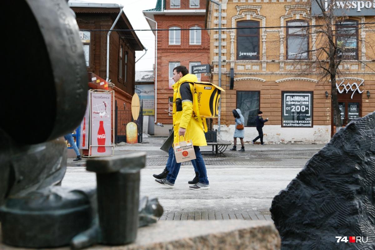 Встретить курьера в жёлтой форме можно на Кировке