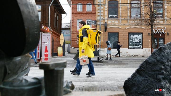 Километры на своих двоих и чаевые по 10 рублей: в Челябинске появились доставщики «Яндекс.Еды»