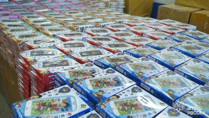 Таможенники задержали 17 тысяч контрафактных игрушек, которые должны были доставить в Екатеринбург