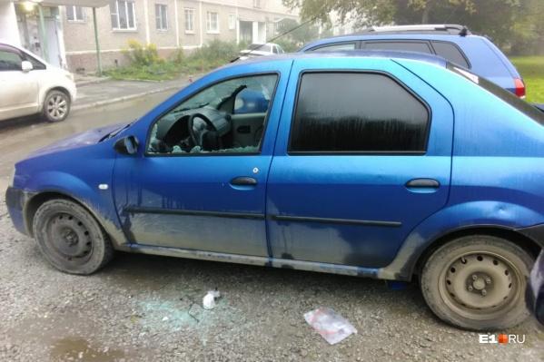 У этого Renault разбили стекла и устроили погром в салоне
