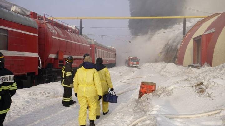 К загоревшимся складам на Сухарной привезли пожарный поезд