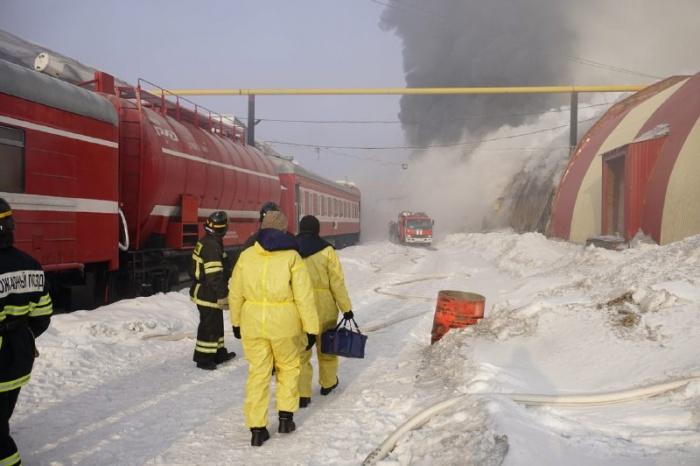 Тушить горящий склад приехал пожарный поезд