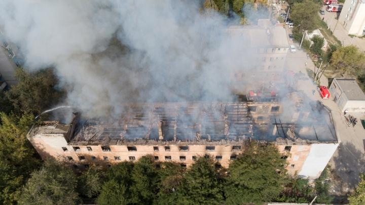 «Бомжи или поджог»: в Волгограде дотла сгорело заброшенное общежитие — онлайн-трансляция