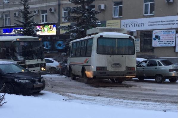 В столкновении участвовал ПАЗ и несколько легковых автомобилей