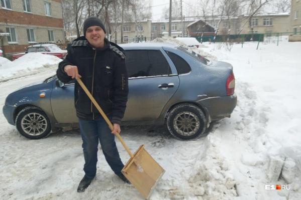 Михаил раньше работал в госпитале, и там ему часто приходилось убирать снег