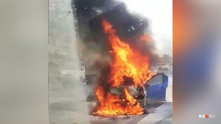 «Дым виден издалека»: на Полевском тракте столкнулись четыре автомобиля, один из них загорелся