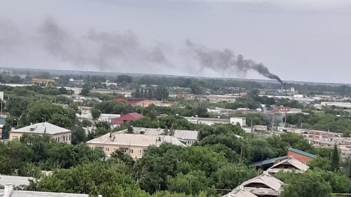 «Дымит нехило»: южноуральцы заявили о выбросах с завода, о приостановке которого отчитались власти