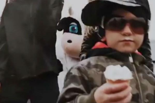 В ролике дети-рэперы тусуются и поедают мороженое