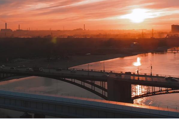 На видео попал Октябрьский мост, метромост и Михайловская набережная