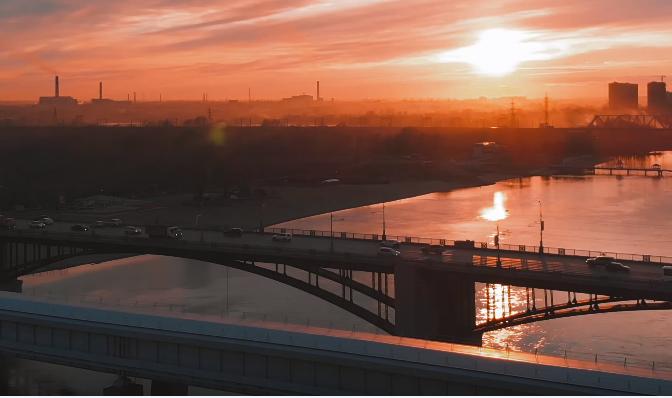 Видео: новосибирец снял багровый закат над городом с высоты птичьего полёта