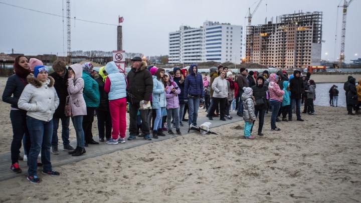 Дожди и ветер в Новосибирске сорвали запуск водных фонариков на озере