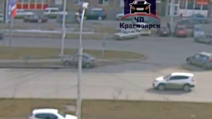 «Где распродажа прав?»: авто на пустом месте врезалось в столб