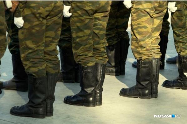 Рядом с телом солдата было обнаружено три гильзы. У него только два огнестрельных ранения