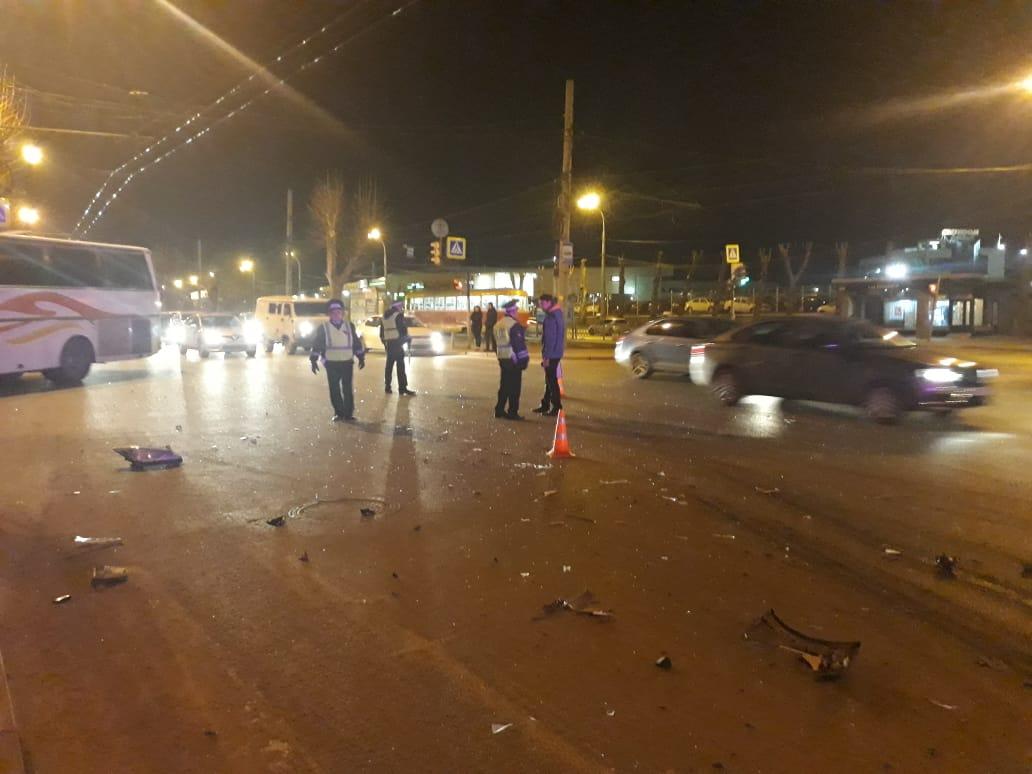 Кроме скорой и МЧС, на место аварии выехали несколько машин ГИБДД