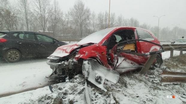 Несмотря на снег и гололед, в Свердловской области произошло столько же ДТП, сколько в обычный день