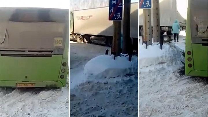 В районе Антипино городской автобус застрял в снегу из-за плохо почищенной дороги