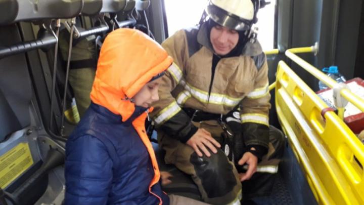 Ростовские пожарные навестили слепого ребенка. Он звонил в МЧС, когда ему было одиноко