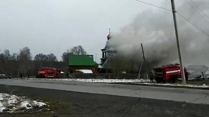В Челябинской области загорелась церковь, пострадали дети