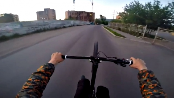Школьник проехался по городу на заднем колесе велосипеда и снял видео от первого лица