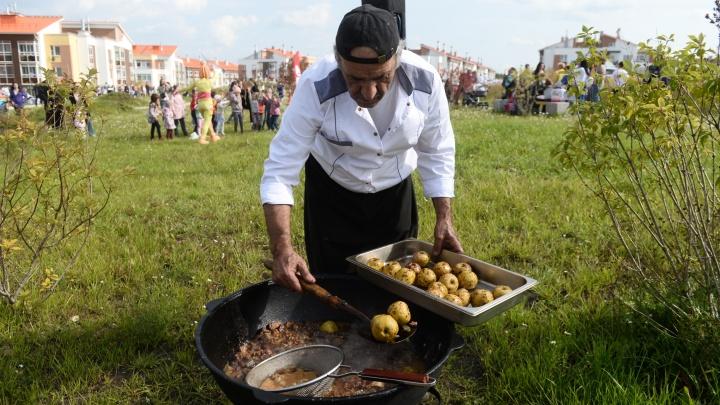 В новом районе Екатеринбурга соседи встали в очередь за пловом с яблоками от известного шеф-повара