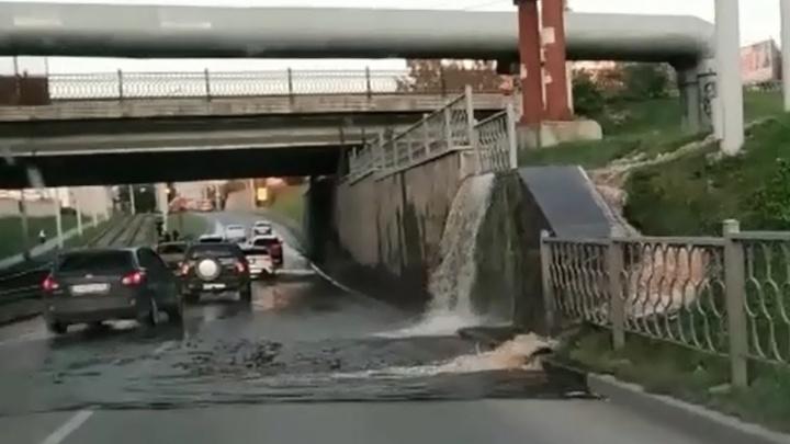 Водопад по-уральски: на ВИЗе горячая река затопила дорогу рядом с мостом