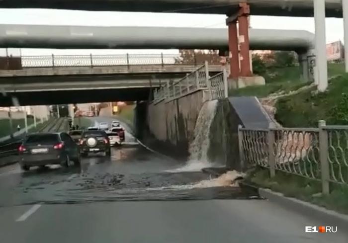 Вода льется на дорогу