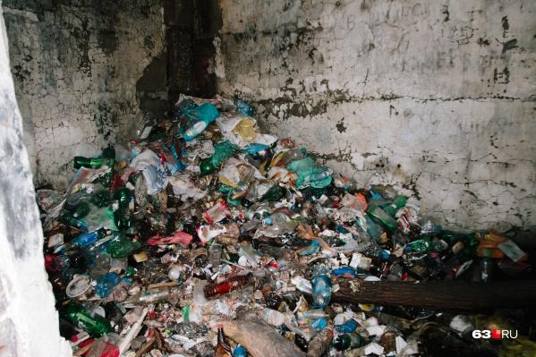На свалку, как правило, привозят обычный мусор