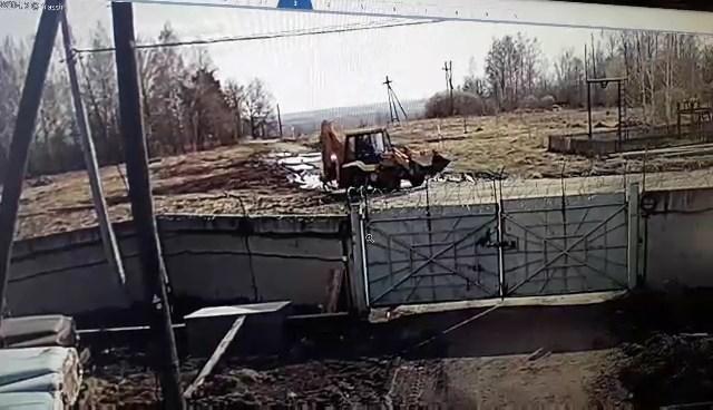 Видеорегистратор заснял, как под Тобольском ребенок в последний момент отскочил от колес трактора