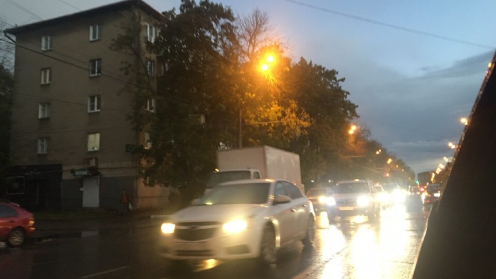 Город встал в бешеные пробки: в центре Ярославля перекрыты все проспекты