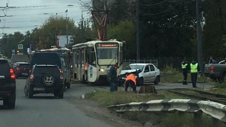 «Водитель в шоке»: в Ярославле трамвай протаранил легковушку