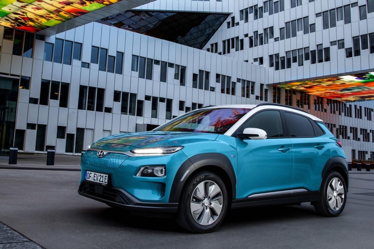 Hyundai Kona уже пару лет продаётся в виде обычного кроссовера, а теперь стала и электромобилем с передним приводом
