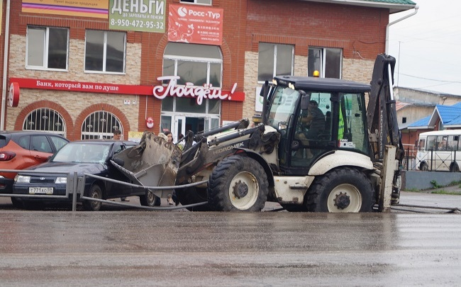 «Не смог затормозить»: в Прикамье «бешеный» трактор снес ограждение и протаранил четыре машины