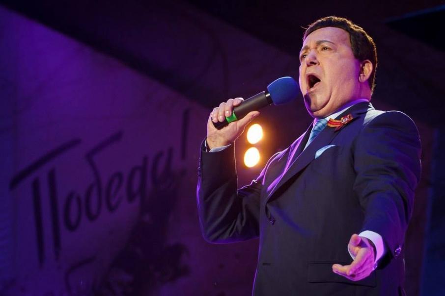 «Я пел, а люди палили в воздух»: архивное интервью Иосифа Кобзона о фанере, СМИ и концертах в Чечне