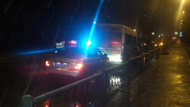 «Ехал, заезжая на бордюры»: на Сортировке пьяный мужчина угнал и разбил пассажирскую маршрутку