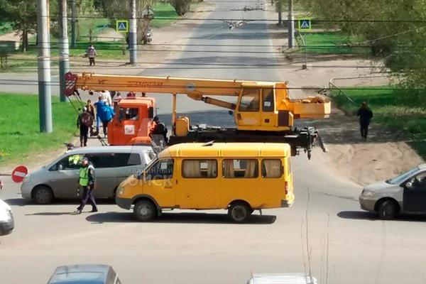 В Омске улицу Перелета перекрыли автокраном