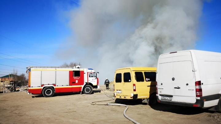 «Пятьдесят машин сбросили мусор»: горящая свалка окутала дымом Тракторозаводской район Волгограда