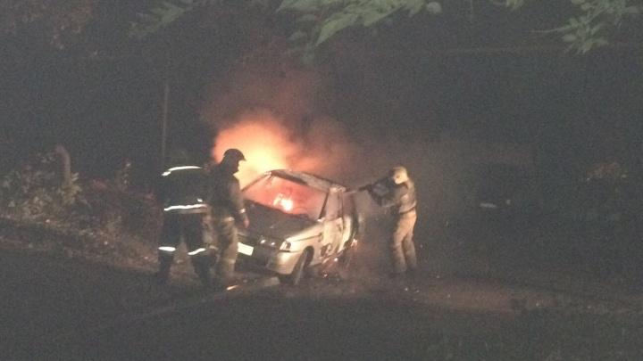 Очевидцы сообщили о поджоге автомобиля на улице Ивана Булкина
