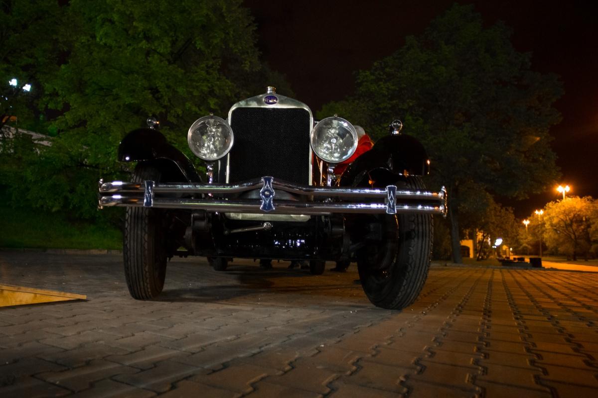 На Плотинке выставили 90-летний французский автомобиль, из которого во время заезда вел стрим E1.RU