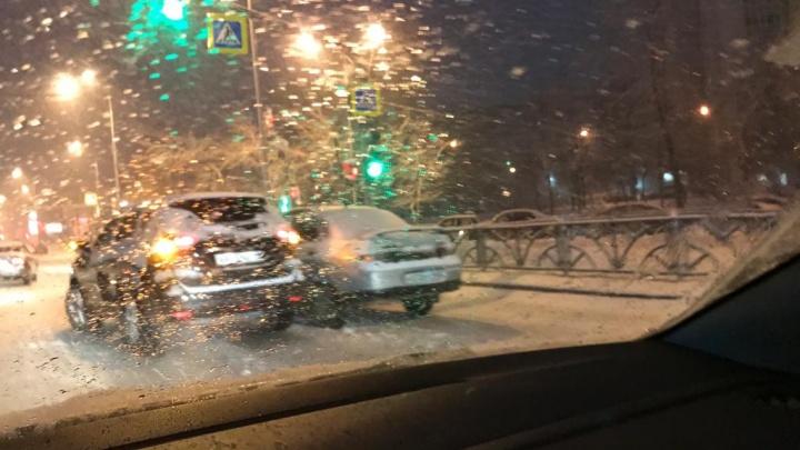 Выпал снег — и началось: на Волгоградской — Московской столкнулись три машины и образовалась пробка