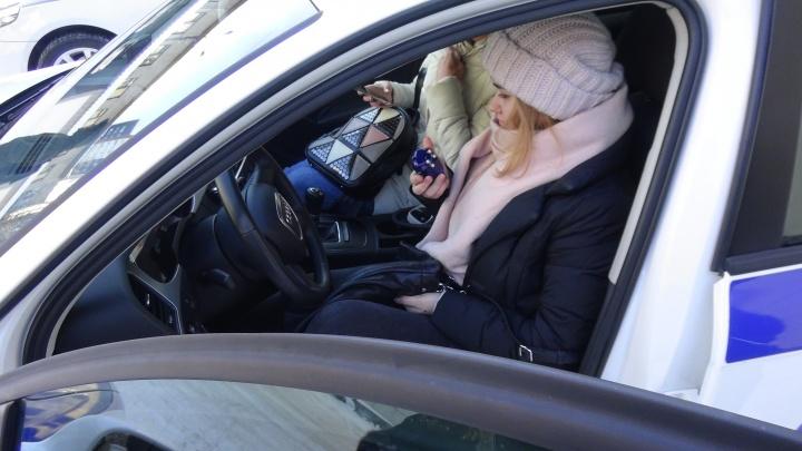 Екатеринбургских студенток пустили в машины инспекторов ГИБДД покомандовать пешеходами