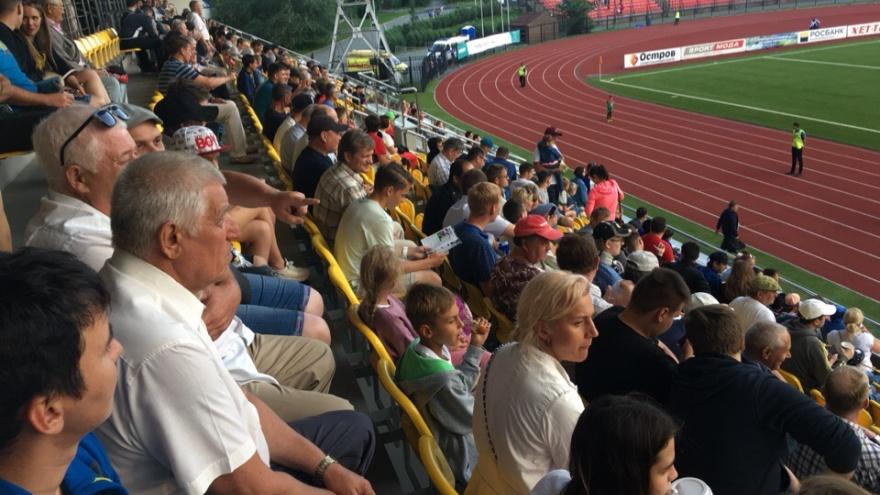 Фанаты не смогли вовремя попасть на футбольный матч из-за нехватки билетов. Их забыли напечатать
