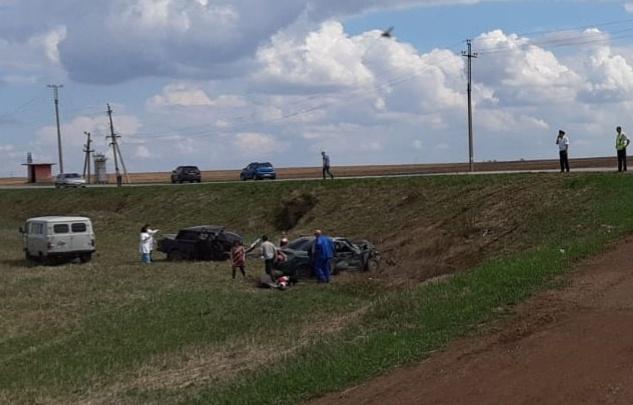 Двое — насмерть, четверо в больнице: в Башкирии лоб в лоб столкнулись ВАЗ-2107 и «Лада-Приора»