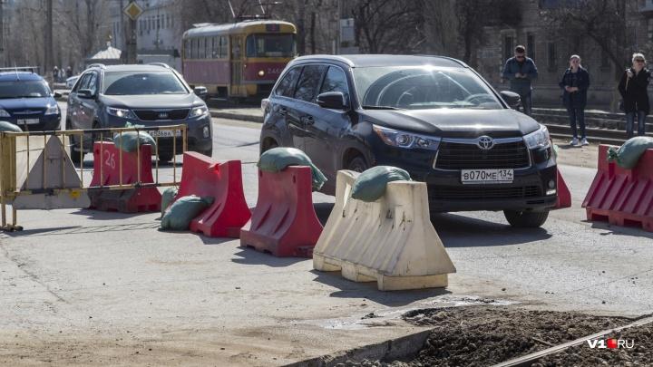 Ночной ремонт привёл к дневным пробкам: в Волгограде укладывают новые рельсы на Ангарском